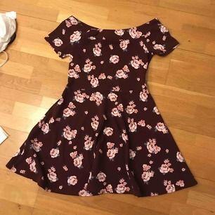 Jättefin off-shoulder klänning från New Look.  Sitter jättefint men har tyvärr blivit förliten för mig. Skulle säga att den passar från 11-13 år. Frakt kostar 100kr