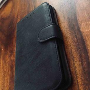 Säljer ett svart mobilfodral i läder och mocka imitation, passar iPhone 6+ och iPhone6s+ Helt nytt då jag köpte fel så det är endast tagit ur paketet det kom i. 💓