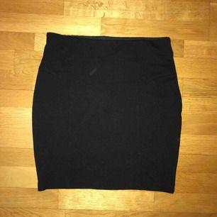 Jättefin tajt kjol från Gina Tricot. Helt oanvänd. Resor i midjan. Frakt kostar 55kr