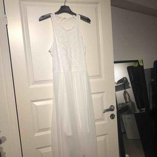 Vit klänning med spets och tunt material över, bild 3. Använd 1 avslutning. Lapp borttagen men passar S/M/36-38. Postar i postnords blå kuvert. Frakt inräknat i priset.