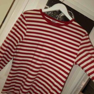 Säljer en röd och vit randig tröja från monki:)
