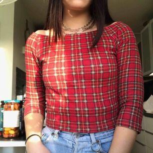 Röd, rutig off the shoulder topp från beyond retro i perfekt skick! Skitcool vintage tröja som gör outfiten. Köparen står för eventuell frakt<3