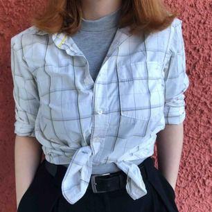 En snygg vit skjorta som behöver lite mer kärlek! Kan fraktas, betalning sker via Swish! ✨