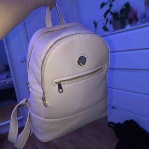 Jättesöt ryggsäck från dondonna, lite mindre än en vanlig skolväska, men väldigt rymlig ändå. Möts upp och fraktar💖