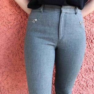 Supersnygga gråa byxor från Zara! Tycker att de känns som kostymbyxor. Lite coola dragkedjedetaljer! Säljes på grund av att jag har ett till likande par. 🌸 Kan fraktas, betalning sker via Swish! ✨