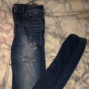 Slitna jeans, låga i modellen