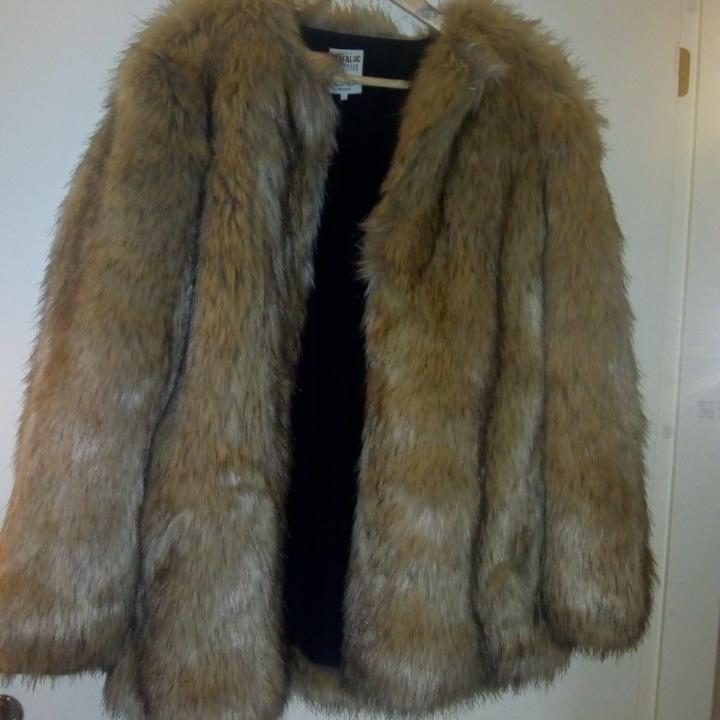 Fejkpälsjacka från Zara. Använt den 1 gång, men säljer den då den är för stor på mig. Strl L. Helt ny. Riktig gosigt material, kom och köp 👌👌💸💸. Jackor.