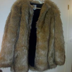 Fejkpälsjacka från Zara. Använt den 1 gång, men säljer den är för stor på mig. Strl L. Helt ny. Riktig gosigt material, kom och köp 👌👌💸💸