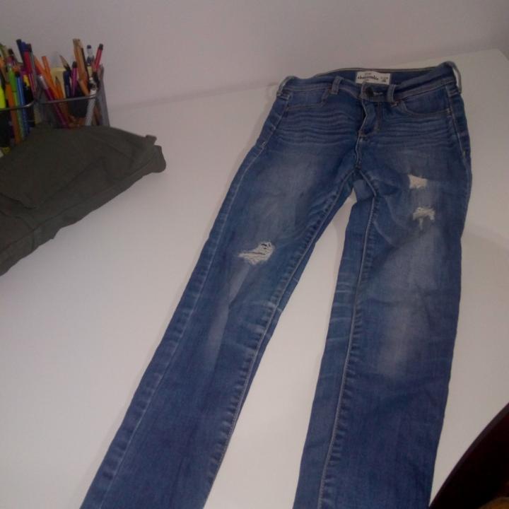 Barnjeans men passar den är liten XS. stretchiga och fina slitningar Från Hollister ☺️. Jeans & Byxor.