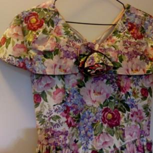 Riktigt fin vintageklänning i blommönster som jag inte har användning för. Passar kanske till någon som ska på bal? 💃💃