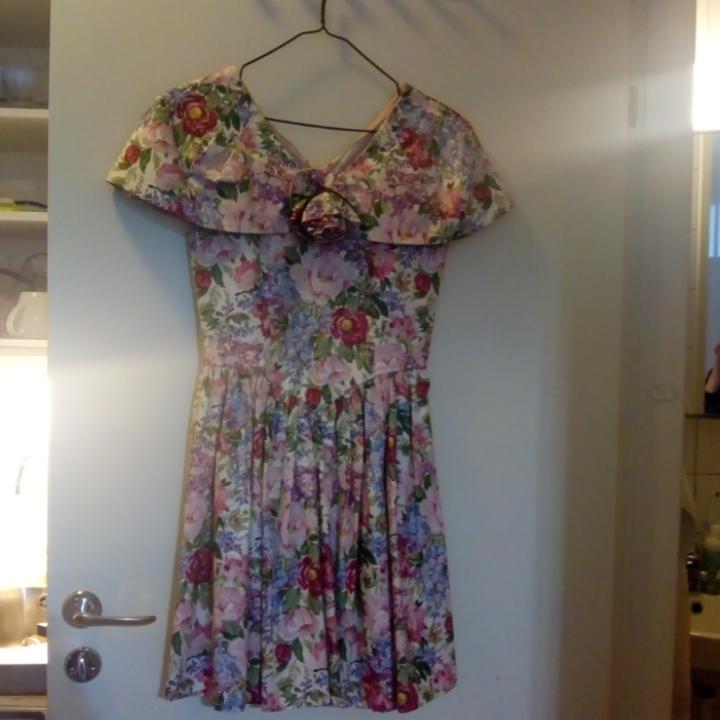 Riktigt fin vintageklänning i blommönster som jag inte har användning för. Passar kanske till någon som ska på bal? 💃💃. Klänningar.