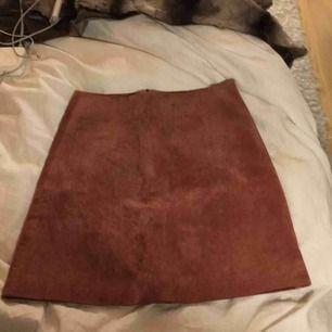Super fin kjol mocka kjol från river island. Storlek 4 (34/36) Aldrig använd! Säljs då denna ej har kommit tillanvändning. Passar perfekt inför sommaren/våren 🌷