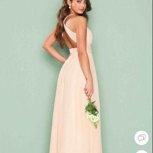 Jätte vacker bal klänning i storlek 36, färg peach. Aldrig använd då jag beställde fel storlek när jag själv skulle ta balen.