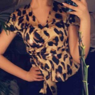 Super fin satin blus med leopard mönster. Från märket : Zack?? Passar en 34-36. Använd vid 1 tillfälle, i super fint skick!
