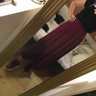 Super fin plisserad kjol i vinrött. Okänt märke?? Pasar perfekt inför sommaren/våren/ hösten