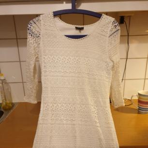 Snygg klänning. Kan skicka spårbart om köparen betalar frakten.