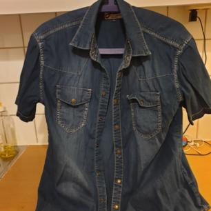Skjorta  Kan skicka spårbart om köparen betalar frakten.