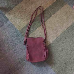 Snygg liten läderväska från Ceannis. Påsmodell och möjligt att göra den större genom att öppna på sidorna (bild 2). Jag har sytt några extra stygn i bandet för att förstärka det (bild 3).
