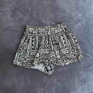 Begagnade shorts från H&M. Mönstrade i svart och vitt. Hög midja. Frakt 9kr, betalning via swish :)