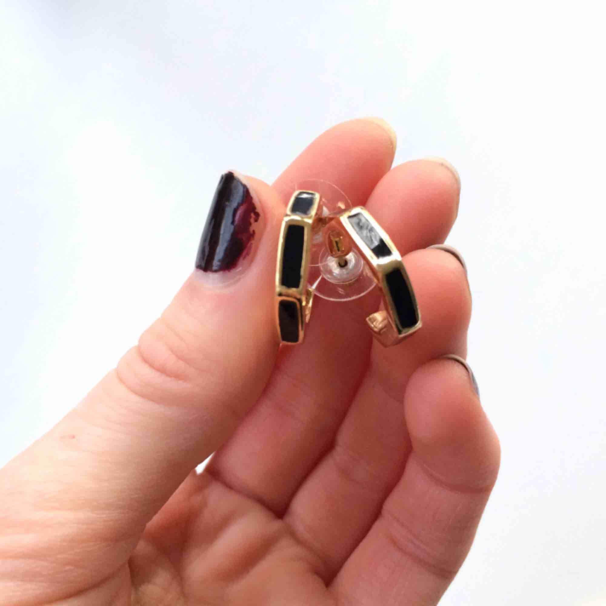 Guldringar med svarta detaljer, oanvända! Allergivänliga!  Fri frakt 💕. Accessoarer.