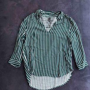 grön/vit blus från H&M med diskret urringning i fram. Väldigt fin. Använd ett par gånger och därav i bra skick. Frakt: 9kr. Betalning via swish :)