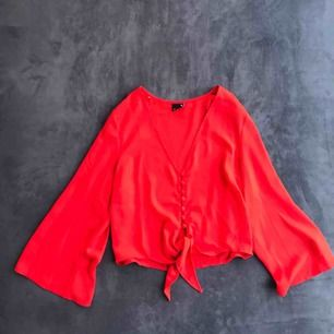 SÅLD  Röd blus från Gina tricot. Snyggt transparant nu till sommaren. Använd ett par gånger och därav i bra skick. Frakt 9kr och betalning görs via swish :)