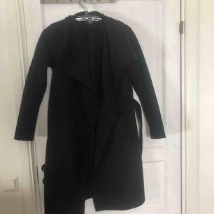 Svart ull kappa i storlek 36 från Only! Köptes för 899kr i våras och knappt använd pga fel storlek! Frakt ingår i priset!