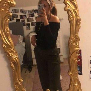Säljer ett par gröna byxor med två fickor vid låren, i storlek 36. Hojta till om du är intresserad💓💓