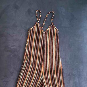 Jumpsuit i flera färger från Bershka. Lite slitning vid rumpan på båda sidorna (se bild 3). Frakt 35kr och betalning via swish :)