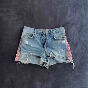 Super high Rise shorts från Stradavarius. Väl använda med lite missfärgning i bak (Kan skicka tydligare bild). Men det syns knappt. Frakt 9kr & betalning via swish :)