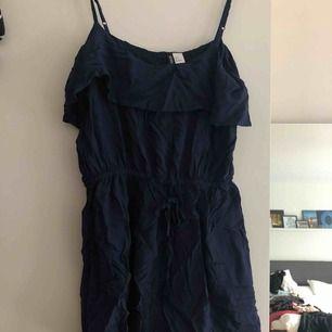 Jumpsuit från H&M. Prislapp kvar.   Kan mötas upp i Kalmar, annars står köparen för frakt på 39 kronor