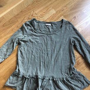 Tröja med volang. Bilden där jag har tröjan på mig gör färgen mest rättvis. Äger tyvärr inget strykjärn så ber om ursäkt för att den ser skrynklig ut 😜 Köpt på MQ