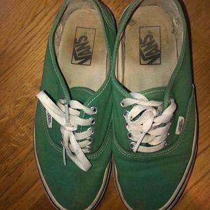 Gröna klassiska vans i mörkgrön färg. Ganska slitna men fortfarande väldigt sköna och funkar bra. Blivit för små för mig nu, därför säljer jag iallfall någon kanske vill köpa.