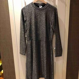 Svart/grå glittrig klänning! Aldrig använd endast provad! Följer figuren fint i och som sagt väldig glittrig! Perfekt för fest