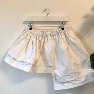 Strukturerad vit denim kjol från Weekday, press kollektion. Frakt tillkommer på 50 kr