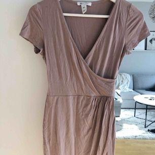 T-shirt klänning från NLY ONE. Omlott både upptill och nedtill. Nudefärgad. Superfin!! Flitigt använd men är i bra skick!