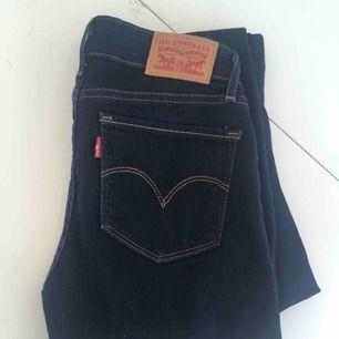 Jättefina bootcut jeans från Levi's                                                  Endast använt en gång så i stort sett i nyskick.                                                      Säljer då de tyvärr är för långa på mig. Gratis frakt
