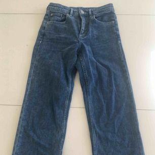 Jättefina jeans med vida ben från H&M :)                             Sparsamt använda och i fint skick.                                     Frakten är gratis
