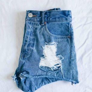 Sköna jeansshorts från monki. Hög midja, slitningar på bägge sidor och fin passform. Välanvända men i gott skick!