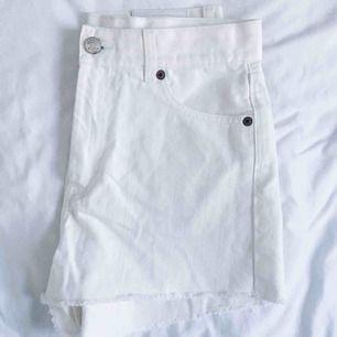 Fina vita jeansshorts med hög midja. Sparsamt använda.