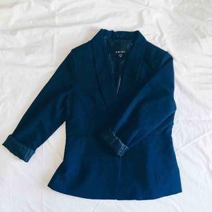 Välanvänd mörkblå blazer/kavaj, saknar en knapp men är annars i toppskick! Sätt på en ny knapp eller ha den öppen som jag för en avslappnad look