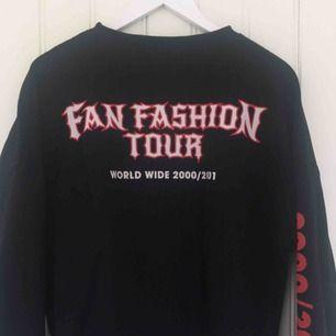 Supercool sweatshirt med tryck på baksidan från Zara :)                                                                              Frakten är gratis