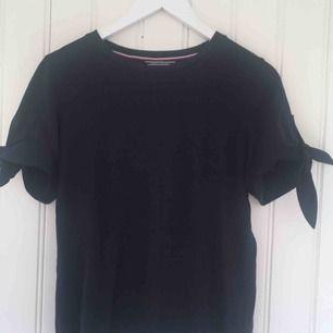 Jättesöt marinblå t-shirt med rosetter från Tommy Hilfiger :)                                                                                          Frakten är gratis