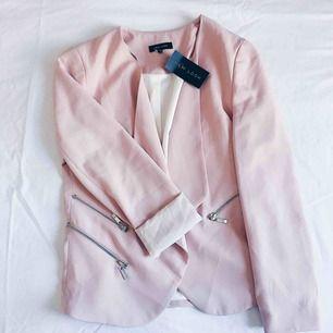 Oanvänd rosa blazer från New look! Dekorativa kedjor i silver och fina feminina beslag.