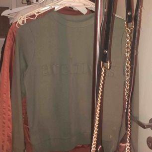 Mer som strl S än XS. Jättefin tröja från märket Stay. Köpt på carlings för 400kr.