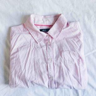 Söt rosa skjorta i stork behov av kärlek och en strykning! Efter det är den så gott som ny!