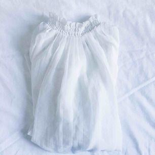 Vackert plisserat linne med hög krage. Välanvänd och säljer för att jag hittade en liknande i garderoben, tunt tyg i flera lager för en luftig och romantisk look