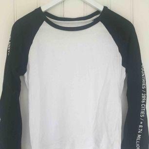Jättefin långärmad tröja med text längs ärmarna från Junkyard :)                                                                          Sparsamt använd och i fint skick.                                      Frakten är gratis