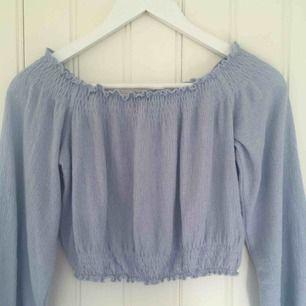 Jättesöt ljusblå blus från H&M :)                                       Sällan använd så i fint skick.                                             Frakten är gratis