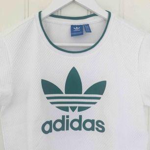 Jättefin croppad tröja från Adidas :)                                      Nästan aldrig använd så i stort sett i nyskick.                    Frakten är gratis